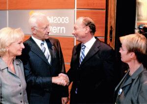 Edmund Stoiber und Franz Maget im Landtag, neben ihnen Karin Stoiber (li.) und Dorothea Brückel-Maget (re.), 2003