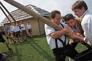 Ein Beispiel für klassisches Maibaumaufstellen: Nachgewiesenermaßen reine Männersache, traditionell ist keine Frauenhand zugelassen (Foto: Roger Fritz).