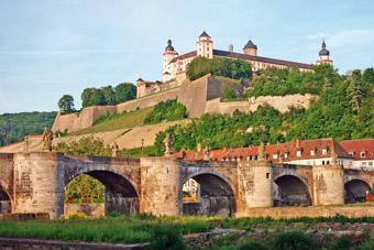 Die Festung Marienberg ist das Wahrzeichen der Stadt. Im Vordergrund ist die alte Mainbrücke zu sehen.