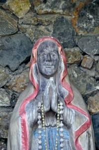 Eine Marienfigur bei der Quelle erinnert an Maria Furtner.