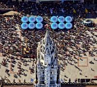 Luftaufnahme vom Rathausturm am Marienplatz in München, vor dem die Touristen auf das Glockenspiel warten