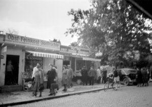 Reiches Warenangebot in den Buden an der Möhlstraße (Foto: Stadtarchiv München)