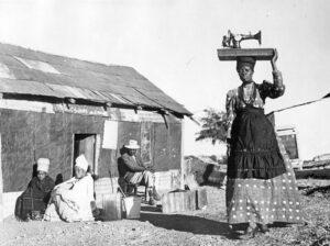 Die Pfaff-Nähmaschine als Exportschlager in Afrika, handkurbelbetrieben, wohl 1920er Jahre (Foto: Stadtarchiv Kaiserslautern)