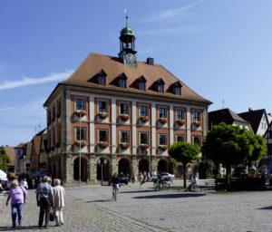 Auf dem Dach des Alten Rathauses in Neustadt an der Aisch dreht jeden Tag Schlag zwölf Uhr das Wahrzeichen der Stadt - ein Ziegenbock – seine Runden (Foto: Wikipedia).
