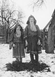 Vorfreude auf Weihnachten: zwei kleine Nikoläuse auf dem Gutshof Buch im Jahr 1932