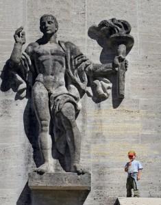 Der Mensch sollte winzig erscheinen angesichts der nationalsozialistischen Propaganda-Architektur: Fünf Meter hoch sind die monumentalen Skulpturen an den Innenseiten der Turmpaare am Skistadion in Garmisch-Partenkirchen.