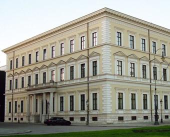 """Das ehemalige Wohnhaus des """"italienischen Franzosen"""" Eugène de Beauharnais ist heute eine Rekonstruktion, nur der Balkon an der Südseite hat die Bombenangriffe überdauert."""