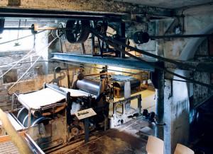 Der gesamte Keller der Papiermühle ist von Transmissionsriemen durchzogen, mit denen die Wasserkraft abgezweigt werden konnte.