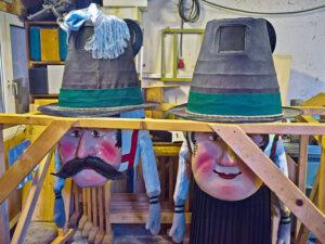 """Die Partenkirchner """"Untersberger"""" treten immer als Paar auf. Sie tragen riesige Stopselhüte und übergroße Larven, einer tritt in kurzen Lederhosen als Manderl und einer in einem schwarzen Faltenrock als Weiberl auf. Die Masken werden vor den Augen der Öffentlichkeit verborgen aufbewahrt und angelegt. (Foto: Bernt Haberland)"""