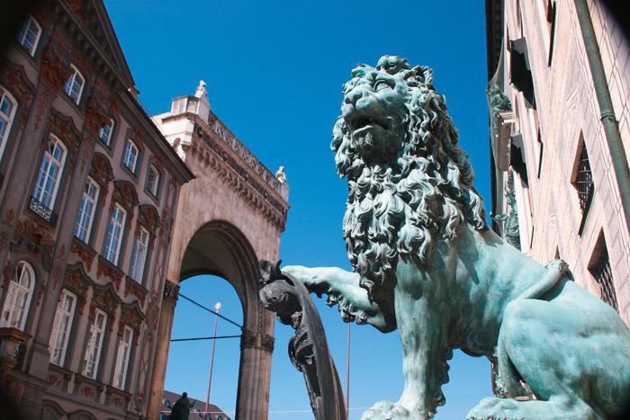 Einer der Löwen vor der Residenz.