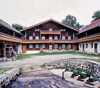 Wohnhaus, Südansicht, 1982; links die Remise, rechts der Kuhstall