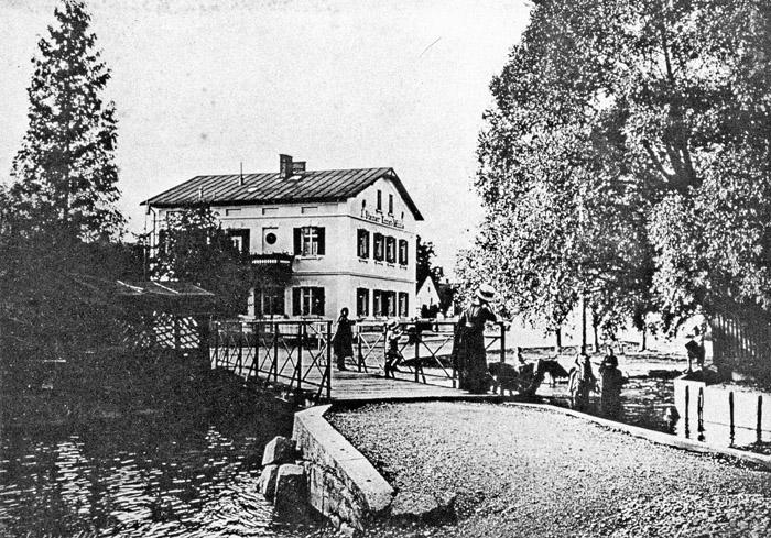 """Die Rossschwemme an der Würmbrücke 1911 auf einer Fotografie aus dem Kunstverlag """"Heimat"""" – im 1905 zur Stadt erhobenen Pasing eine Erinnerung an das dörfliche Leben."""