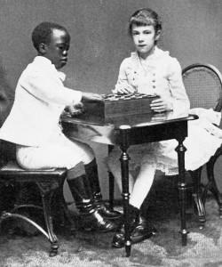 """Auch Marie Valerie, Enkelin von Herzog Max in Bayern und Tochter von Kaiserin Elisabeth von Österreich, hatte einen """"Mohren"""" als Spielgefährten."""