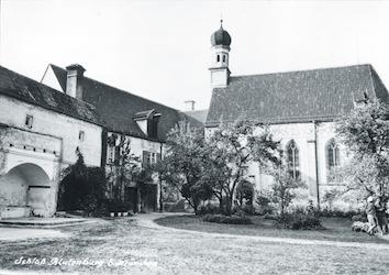 Innenhof mit Schlosskapelle Blutenburg. Aufnahme ca. 1950