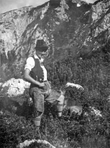 Die Herrin auf ihrer Alm: Sabina Bichler, Meil-Sennerin, auf einer Fotografie um das Jahr 1925. Zum Spaß schlüpfte sie auch einmal in Lederhose und Männertracht, der keck in die Stirn gezogene Hut gehörte bei ihr aber fest zur täglichen Ausstattung. (Foto: Elisabeth Bichler)