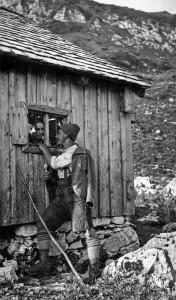 """""""Fensterln"""" am Sennerinnenkammerl: ein – manchmal wahres – Klischee, mit dem auch früher schon gern gespielt wurde (Foto: Elisabeth Bichler)."""