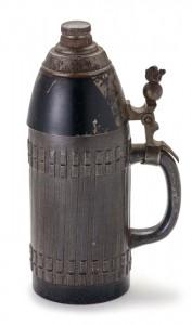 Dieser graugrün glasierte Krug entstand um 1890 und ist detailgetreu einer Schrapnell-Granate nachgebildet. (Foto: Franz Kimmel/Jüdisches Museum München)