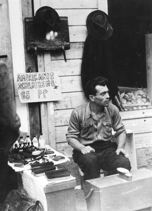 """Amerikanische Schuhcreme – """"Hot Stuff"""" im Nachkriegs-Deutschland (Foto: Stadtarchiv München)"""