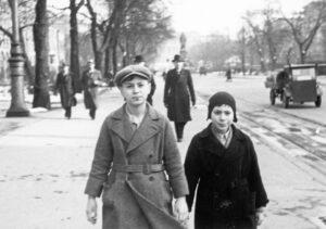 Alfred Koppel mit seinem jüngeren Bruder Walter auf dem Schulweg in der Maximilianstraße.