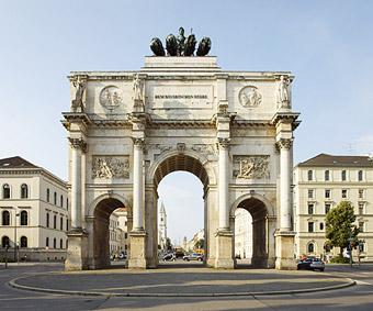 Das alte Rom im neuen München: Das 1852 vollendete Siegestor, dessen Vorbild der Konstantinsbogen in Rom ist, markiert den nördlichen Abschluss der Ludwigstraße.