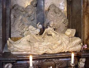 Marmorgrabmal des heiligen Simpert in der Basilika St. Ulrich und Afra: Über dem liegenden Heiligen ist die Legende des geretteten Kinds verewigt.