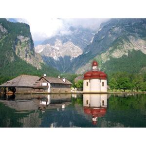 Am Westufer des Königssees liegt die Wallfahrtskapelle St. Bartholomä. Die durch die Salzgewinnung reich gewordene Stadt Berchtesgaden ist etwa eine Wanderstunde vom See entfernt.