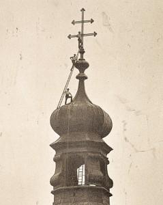 Drei Arbeiter posieren auf der Spitze des St.-Georg-Kirchturms (Foto: Stadtarchiv Freising)