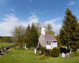 An die Zeit der wittelsbachischen Herrschaft über Leutstetten und das Gut Rieden erinnern einige Gräber in der kleinen Kirche St. Peter und Paul und auf dem dazugehörigen Friedhof.