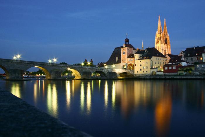 Die Steinerne Brücke bei Nacht: Seit 1146 überspannt sie die Donau in 16 Bögen und verbindet die Regensburger Altstadt mit dem Stadtteil Stadtamhof.