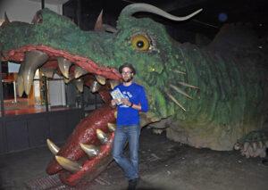 Daniel Stieglitz ließ sich vom Further Drachen zu einem spannenden Fantasy-Abenteuer inspirieren. (Foto: Volk Verlag) ist der weltweit größte Roboter auf vier Beinen. Hier mit dem Autor Daniel Stieglitz. (Foto: Volk Verlag)