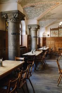 """Die mächtigen Säulen im Gastraum des Tattenbach akzentuieren das ehemalige """"Burgstübl"""" zeittypisch (Foto: Johannes Schimpfhauser)."""