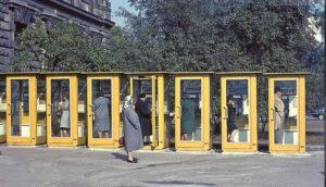 Das Warten gehörte ebenso zu den Telefonzellen wie ihr typischer Geruch. (Foto: timeline images)