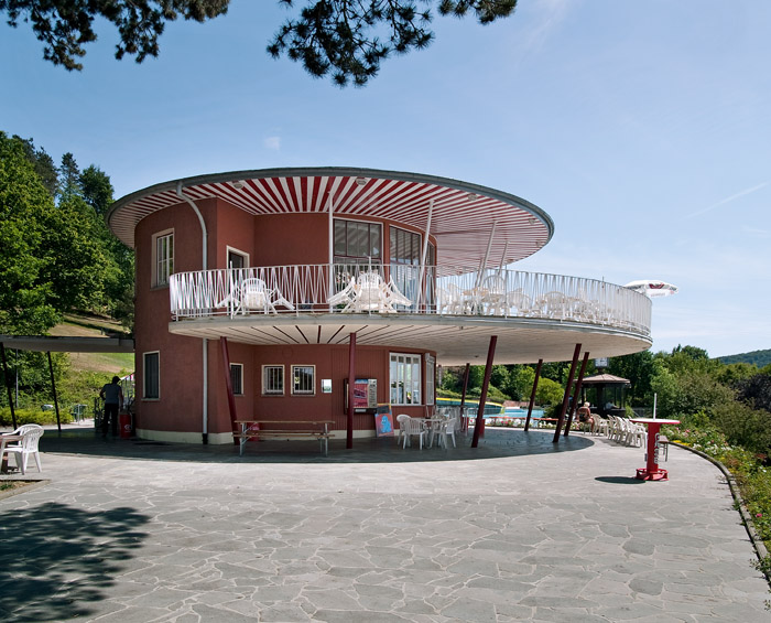 Der Café-Pavillon im Terrassenschwimmbad in Bad Kissingen aus den fünfziger Jahren. (Foto: BLfD, Eberhard Lantz)