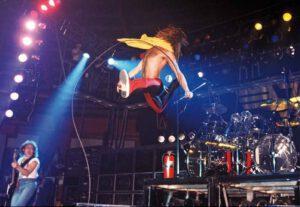 David Lee Roth, damals mit Van Halen unterwegs, übt sich im Hochsprung - das Münchner Klima inspirierte zu Höchstleistungen