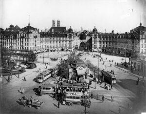 Verkehrsknotenpunkt Stachus: Trambahnen und Doppeldeckerbusse belieferten die Altstadt mit Arbeitskräften.
