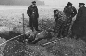 Ausgrabung von Bombenteilen in der Nähe des Waldfriedhofs durch Angehörige des KZ Dachau, Aufnahme vom Dezember 1942
