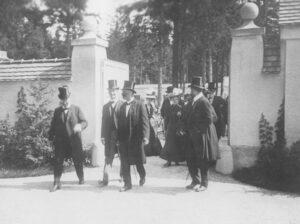 Festgäste bei der Eröffnungsfeier am Eingang zum Waldfriedhof, Aufnahme von 1907