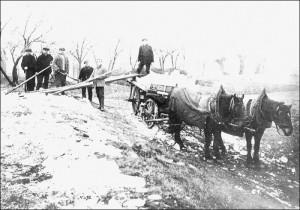 Winterarbeit in Eis und Schnee: Das geschlagene Holz wird mit dem Pferdewagen abtransportiert.
