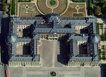 Die gewaltigen Ausmaße der Würzburger Residenz erschließen sich im Luftbild besonders deutlich.