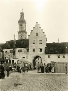 Geradestehen für den Fotografen: Freisinger Einwohner als Fotomotiv für Franz Ress im Jahr 1895 (Foto: Stadtarchiv Freising)