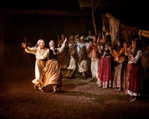 Eine Theateraufführung im Zelt der Familie Ringsgwandl ist immer ein Fest – im Zuschauerraum und auch auf der Bühne. Hier die fröhliche Versöhnungsfeier am Ende des Zigeunerbauers.