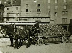 Fassbierwagen der Spatenbrauerei. Als erlaubt wurde, mehr als drei Lagen zu stapeln, zeigten die Ausfahrer Stapelgeschick (Foto: Sedlmayr Spaten-Franziskaner-Bräu).