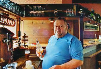 """Zu den Spezialitäten, die Fiko, der Wirt der """"Sendlinger Bierspritz'n"""", serviert, gehört nicht nur ein gutes Schnitzel, sondern auch ein hausgemachter """"Slivo""""."""